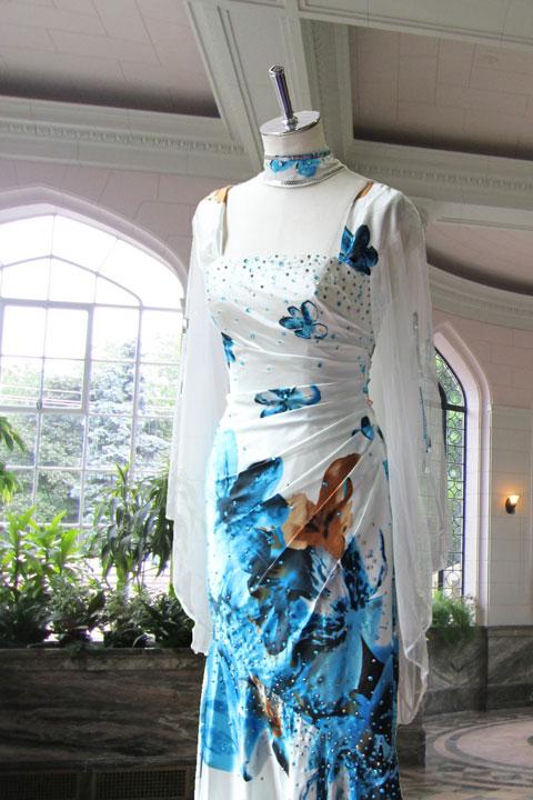 ホワイトベースブルー華やかな花柄プリントのステージドレス