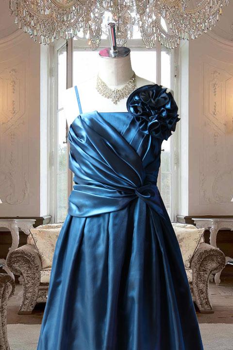 ブルータフタドレープ使いが豪華なステージドレス