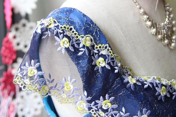 ブルーレース使い肩袖付き配色素材のステージドレス