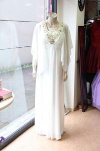 白Vネックビーズ付きシフォンのステージドレス