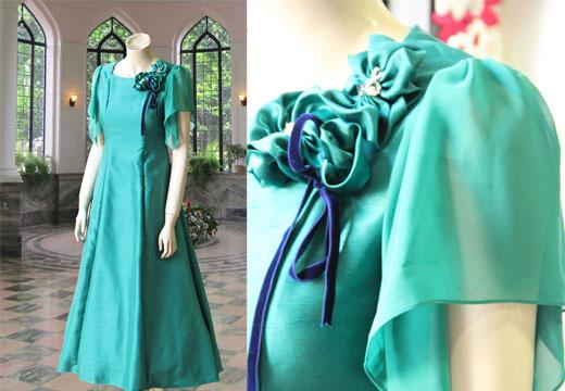 179e3066da8ba 鮮やかなグリーンカラーが目を引くステージドレス。左胸のコーサージュのところにファスナー仕様にしているので、前での開きで着脱ができます。ベルハウスのオリジナル  ...
