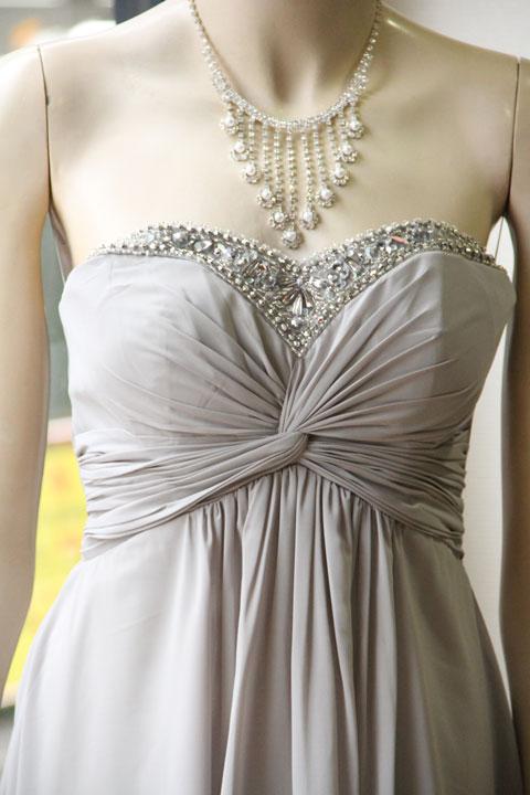 ad146235d24aa シックなグレーカラーが特徴で、胸元のビジューの刺繍がとても女性らしくエレガントなシンプルなドレスです。サロンのミニコンサートなどのドレス にいかがでしょうか!